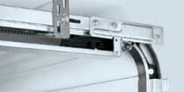Секционные гаражные ворота Slatted Doors: мощные кронштейны для крепления к потолку..