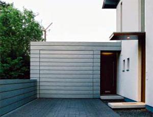 Подъемно-поворотные автоматические ворота гаражные индивидуального исполнения в стиле отделки гаража.