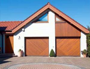 Подъемно-поворотные автоматические ворота гаражные индивидуального исполнения в стиле отделки дома.