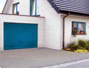 Подъемно-поворотные автоматические ворота гаражные индивидуального исполнения в едином стиле с окнами.