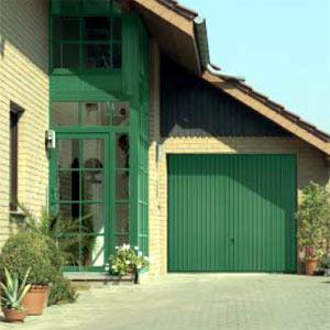 Подъемно-поворотные автоматические ворота гаражные, вертикальный гофр, в цвет фасада.