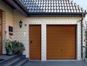Подъемно-поворотные автоматические ворота гаражные и боковая дверь, горизонтальный гофр в цвет входной двери