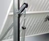 Подъемно-поворотные автоматические ворота гаражные: защита от защемления пальцев плечем рычага