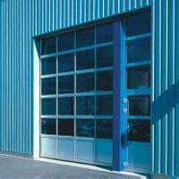 Секционные промышленные автоматические ворота Teckentrup: боковая дверь в едином стиле с секционными воротами.