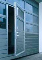 Секционные промышленные автоматические ворота Teckentrup: калитка в полотне секционных ворот.